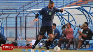 Stoper Persela Lamongan, Demerson Bruno Costa masih menjalani latihan terpisah, Kamis (26/9/2019). (FOTO: MFA Rohmatillah/TIMES Indonesia)