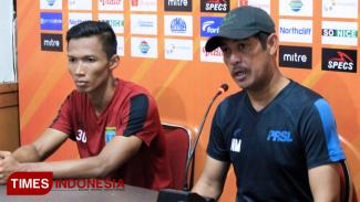 Pelatih Persela Lamongan, Nil Maizar (kanan) didamingi Kapten Persela, Eky Taufik dalam sesi konferensi pers jelang pertandingan lawan Bhayangkara FC, Jum