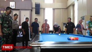 Wali Kota Batu, Dra Hj Dewanti Rumpoko M.Simelakukan head shooter tanda dimulainya Kejuaraan. (FOTO: Muhammad Dhani Rahman/TIMES Indonesia)