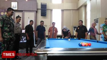 https://thumb.viva.co.id/media/frontend/thumbs3/2019/09/28/5d8eae3ed75c5-berhaadiah-3000-dollar-kejuaraan-biliar-terbesar-di-indonesia-digelar_375_211.jpg