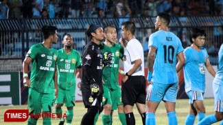 Pemain Bhayangkara FC melakukan protes kepada wasit Ikhsan Prasetya Jati, Sabtu (29/9/2019). (FOTO: MFA Rohmatillah/TIMES Indonesia)