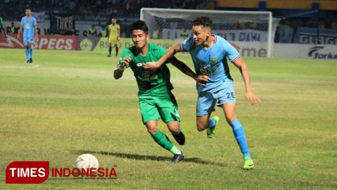 Pemain Persela, Rafael Gomes Oliveira (biru muda), mendapat kawalan ketat dari pemain belakang Bhayangkara FC, I Putu Gede Juni Antara, Sabtu (28/9/2019). (FOTO: MFA Rohatillah/TIMES Indonesia)