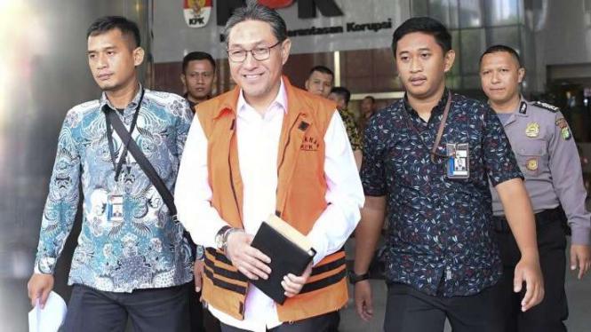 Mantan Anggota DPR Fraksi PAN Sukiman (tengah) berjalan meninggalkan gedung KPK usai menjalani pemeriksaan di Gedung KPK Jakarta, Jumat, (27/9/2019).
