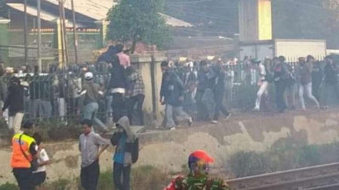 Pelajar ikut berdemo di DPR membuat kericuhan dengan melemparkan batu