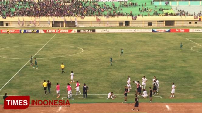 Pemain tim Persik Kediri saat protes hingga ke luar lapangan lantaran tidak terima dengan keputusan wasit yang memimpin pertandingan, Senin, (30/09/2019) (Foto: Achmad Choirudin/TIMES Indonesia)