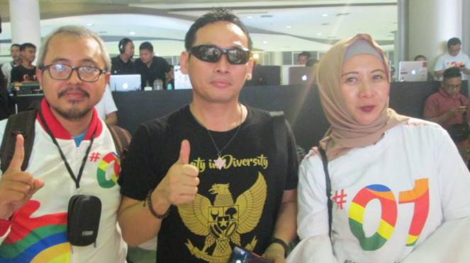 Aktivis media sosial Ninoy Karundeng (tengah).