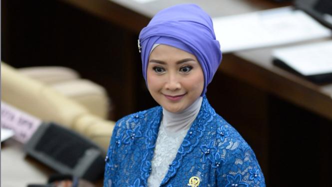 Desy Ratnasari saat Pelantikan Anggota DPR Periode 2019-2024.