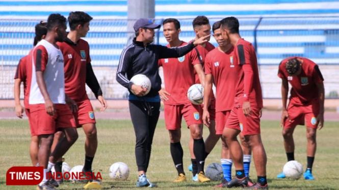 Nil Maizar (hitam) memberikan arahan kepada pemain dalam sesi latihan di Stadion Surajaya Lamongan, Selasa (1/10/2019). (FOTO: MFA Rohmatillah/ TIMES Indonesia)