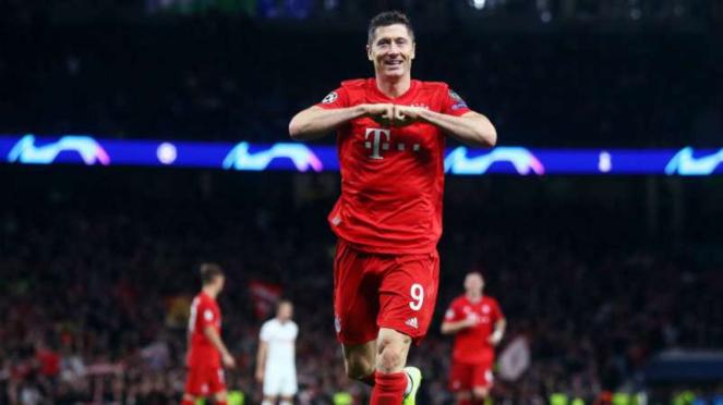 Striker Bayern Munich, Robert Lewandowski rayakan gol.
