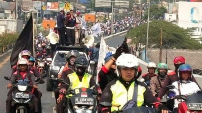Buruh Tangerang konvoi menuju DPR