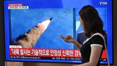 https://thumb.viva.co.id/media/frontend/thumbs3/2019/10/02/5d94d038c1c49-korea-utara-pyongyang-luncurkan-rudal-dari-kapal-selam-melesat-sejauh-450-km_375_211.jpg