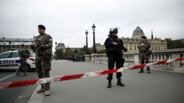 https://thumb.viva.co.id/media/frontend/thumbs3/2019/10/03/5d961aaf57aa1-serangan-polisi-paris-empat-orang-tewas-ditusuk-di-markas-polisi-di-pusat-kota-paris_375_211.jpg