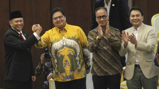 Ketum Golkar Airlangga Hartarto (dua dari kiri) dan Aziz Syamsudin (paling kanan) saat hadiri pelantikan Bamsoet jadi Ketua MPR RI.