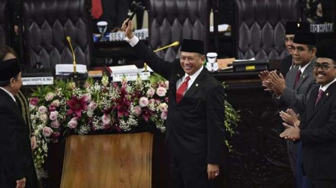 Ketua MPR Bambang Soesatyo (tengah) mengangkat palu sidang usai pelantikan pimpinan MPR periode 2019-2024 di ruang rapat Paripurna MPR, Kompleks Parlemen, Senayan, Jakarta, Kamis (3/10/2019).