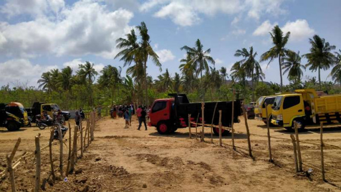 Sejumlah warga saat memagari lokasi pembangunan sirkuit MotoGP di kawasan Mandalika, Lombok Tengah, Nusa Tenggara Barat.