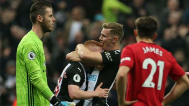 Kiper Manchester United, David De Gea, lihat para pemain Newcastle merayakan gol