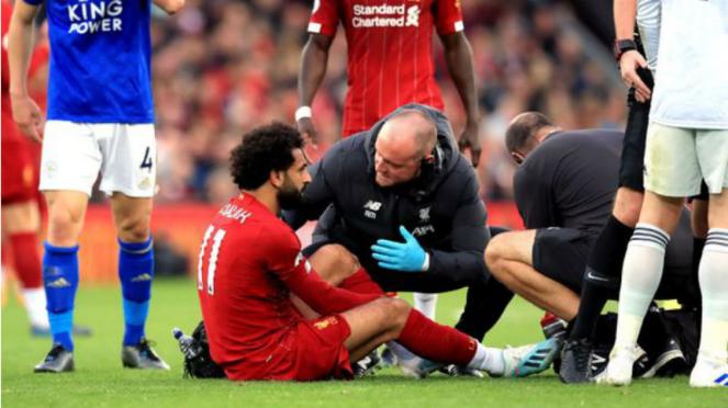 Winger Liverpool, Mohamed Salah, saat alami cedera