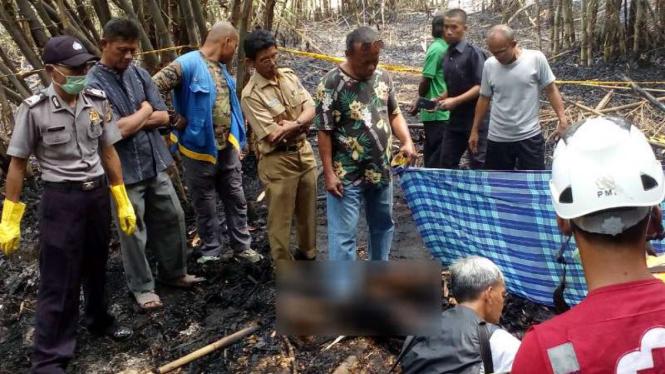 Penemuan mayat kakek di lahan terbakar di Depok, Jawa Barat.