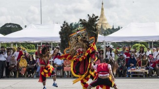 https://thumb.viva.co.id/media/frontend/thumbs3/2019/10/07/5d9afe6203a35-kesenian-reog-ponorogo-di-myanmar_325_183.jpg