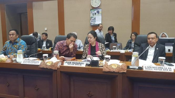 Wakil Ketua DPR Aziz Syamsuddin (tengah) bersama Ketua DPR Puan Maharani.