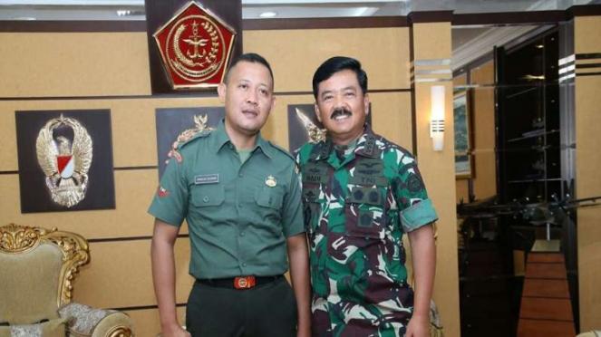 Panglima TNI Marsekal Hadi Tjahjanto bersama Kopda Hardius Rusman (kiri), prajurit TNI yang menguasai 7 bahasa asing.