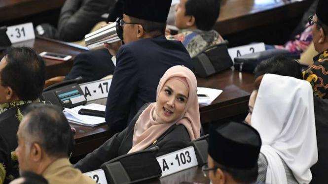 Anggota DPR yang juga artis Mulan Jameela berbincang di ruang sidang DPR