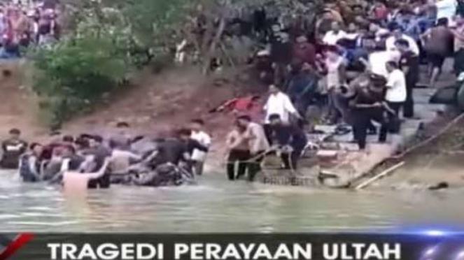 Tim Basarnas Lampung mengevakuasi dua mahasiswa yang tenggelam di embung