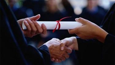 https://thumb.viva.co.id/media/frontend/thumbs3/2019/10/08/5d9c52325141c-di-australia-lulusan-universitas-top-malah-mendapat-gaji-kecil_375_211.jpg