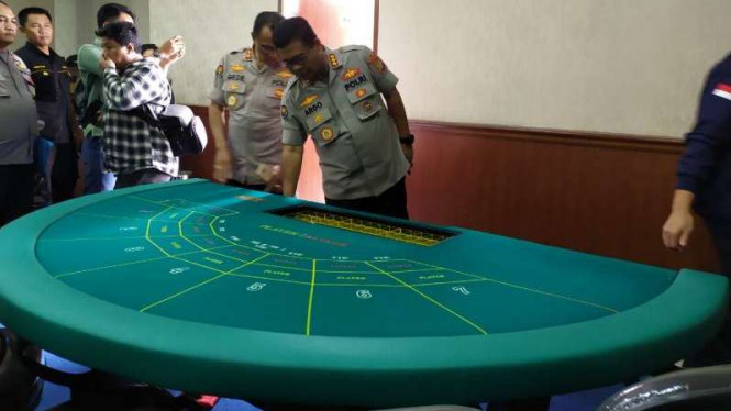 Polisi memeriksa meja kasino di Apartemen Robinson di kawasan Penjaringan, Jakarta Utara.