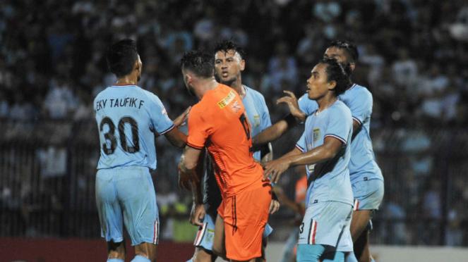 Para pemain Persela Lamongan di laga melawan Persija Jakarta