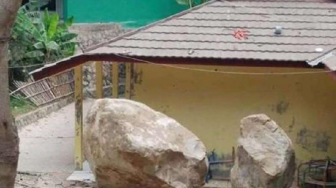 Batu raksasa menimpa sebuah rumah di Purwakarta.
