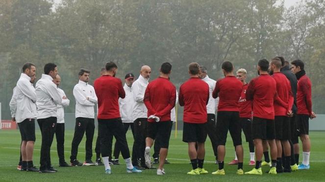 Stefano Pioli memimpin latihan AC Milan