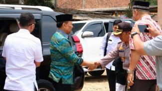 Menkopolhukam Wiranto, sesaat sebelum aksi penusukan terjadi.