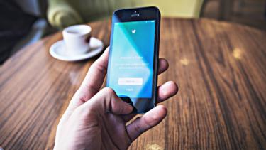 https://thumb.viva.co.id/media/frontend/thumbs3/2019/10/10/5d9f3aaf6379a-terungkap-ternyata-trending-topic-twitter-banyak_375_211.jpg