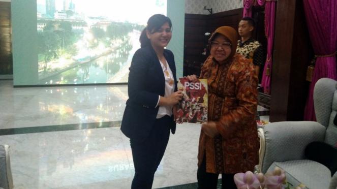 Wali Kota Surabaya, Tri Rismaharini bersama Sekjen PSSI, Ratu Tisha Destria