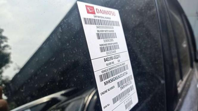 Stiker indentitas mobil baru yang dipasang oleh pabrik.
