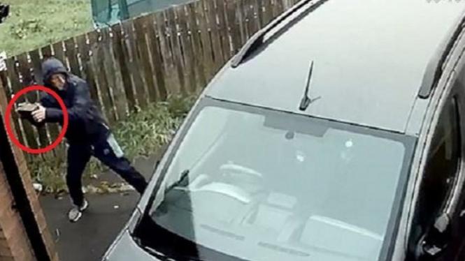 Melempar mobil dengan batu bata.