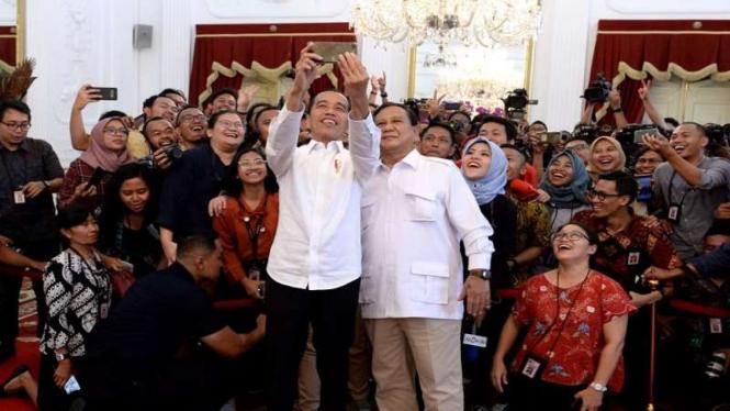 Presiden Jokowi mengajak Prabowo selfie bersama wartawan di Istana, Jumat, 11 Oktober 2019.