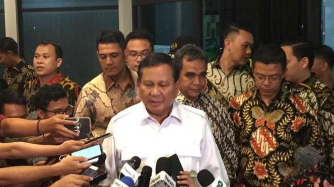 Ketua Umum Partai Gerindra Prabowo Subianto menjenguk Wiranto
