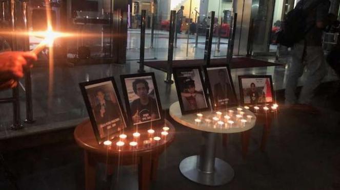 Doa dan renungan di depan kantor KPK untuk mahasiswa yang tewas