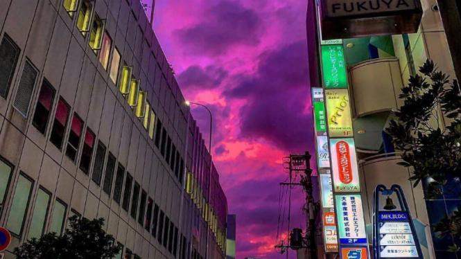 Langit Jepang berubah warna jadi pink.