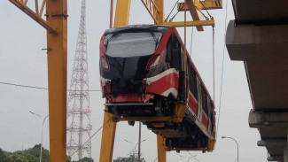 Kereta LRT Jabodebek diangkat ke jalurnya di Stasiun Cibubur, Jakarta Timur.