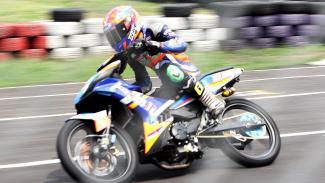 Pebalap beradu cepat saat mengikuti Kejuaraan Nasional Oneprix Indonesia Motorprix Championship 2019 putaran keempat seri Bebek 4T 150cc Tune UP Injection (Novice) di Sirkuit Karting Sentul, Kabupaten Bogor, Jawa Barat, Minggu 13 Oktober 2019.