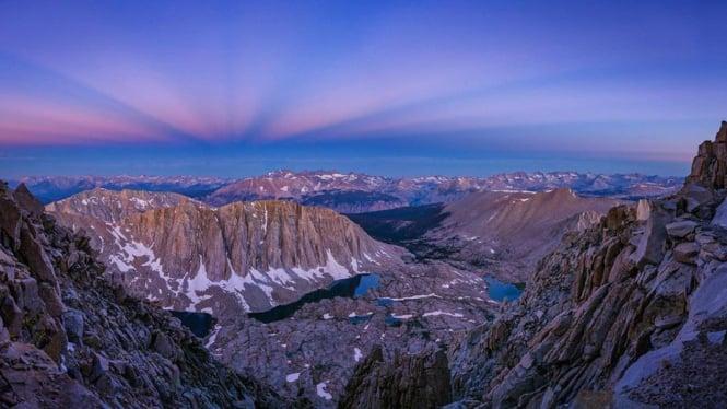 Pemandangan blue hour Gunung Whitney, Nevada, Amerika Serikat