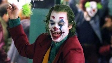 https://thumb.viva.co.id/media/frontend/thumbs3/2019/10/15/5da5201e47381-joker-penyakit-di-balik-tertawa-tokoh-jahat-yang-diperankan-joaquin-phoenix_375_211.jpg