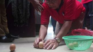 Fenomena telur berdiri di Tugu Khatulistiwa, Pontianak, Kalimantan Barat.