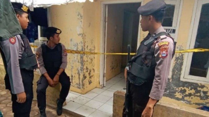Polisi menjaga kontrakan Abu Rara dan istrinya, di Pandeglang, Banten