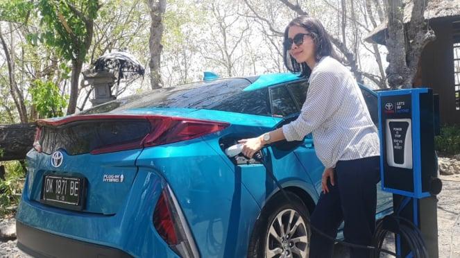 Pengisian baterai pada Toyota Prius Prime Plug-In Hybrid
