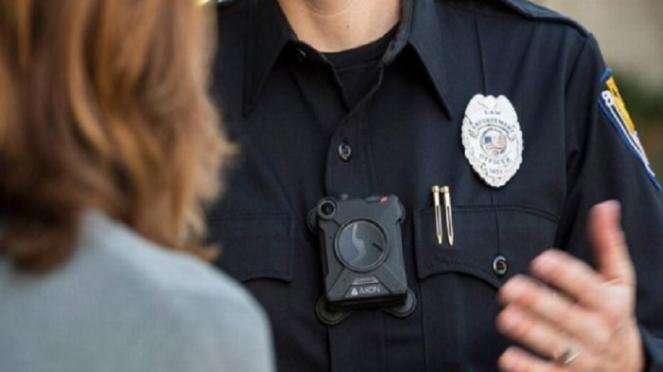 Ilustrasi polisi sedang menggunakan body camera