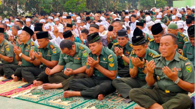 Salat minta hujan di lapangan olahraga Pesantren Aulia Cendikia, Palembang.